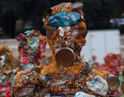 Scultura mostra Trash people