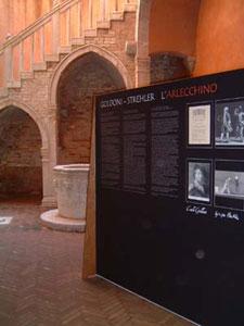 Allestimento della mostra nel Cortile del Museo