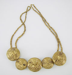 Oro del Perù collana: Cultura Moche, 100 a.C. - 850 d.C. Oro e conchiglia - Pendenti raffiguranti teste di giaguaro stilizzate