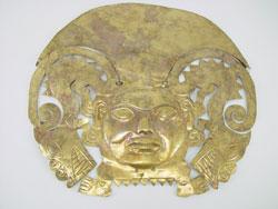 Oro del Perù maschera: cultura Huari, 500 dC. - 900 d.C. Oro e rame - Maschera raffigurante un volto fortemente stilizzato