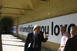 L'Assessore alla Cultura del Comune di Milano, Vittorio Sgarbi, Patrick Mimran e Rubino Rubini (di spalle) in visita ai billboard dell'artista nel Secondo Chiostro del Museo