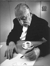Ettore Sottsass mentre lavora alla mostra di Trieste. Foto di Sergio Fregoso