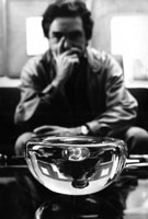 Roberto Sambonet e uno dei vasi prehistoire Baccarat, 1975/77