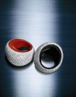 Vhernier, Anelli Pirouette, oro bianco, pavé di diamanti carati 7, fodera in giaietto o corallo pieno