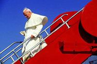 Giovanni Paolo II lascia l'aereo, Baltimora, USA, 1995 - Foto di Gianni Giansanti
