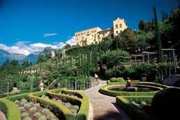 Giardino all'italiana con Castel Trauttmansdorff © I Giardini di Castel Trauttmansdorff