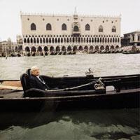 Aurelio Amendola, Giorgio De Chirico, Venezia, 1972, fotografia a colori, 40x40cm, stampata nel 2005, firmata e datata al retro Copyright ©Aurelio Amendola, courtesy Galleria Massimo Minini, Brescia
