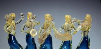SOGNO VENEZIANO - Orchestra, 1960, Composizione di 5 musiciste, con gonna in vetro soffiato acquamarina e busto in cristallo decorato oro, cm 26, Manifattura CENEDESE