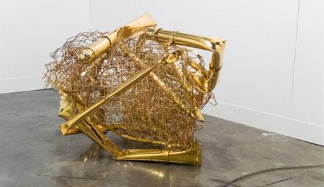 Aaron Young, Zorro, 2008, cancello piegato e oro 24kt, 106,7 x 106,7 x 66 cm