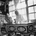 Tiziano Terzani, T.T, ospite del re del Mustang, conversa con lui nel suo palazzo