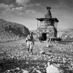 Tiziano Terzani, T.T davanti a uno stupa nel regno del Mustang
