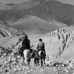 Tiziano Terzani, Il re del Mustang passeggia a cavallo col suo unico aiutante alla destra