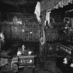 Tiziano Terzani, L'amji, o astrologo-erborista, medico tradizionale del re e della popolazione del Mustgang, nella sua casa a Lo Mantang, la capitale del regno