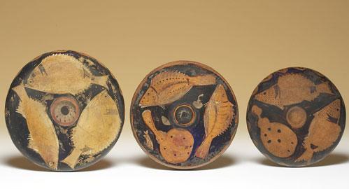Piatti da pesce, Ceramica, produzione campana, Terzo quarto del IV secolo a.C., Nn. Inv. A 0.9.244, A 0.9.245, A 0.9.246