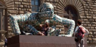 Turisti in Piazza Pitti con la scultura Co-stell-azione (alluminio dipinto. Cm 200 x 370 x 455) di Rabarama