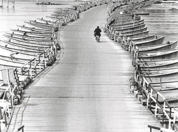 Pepi Merisio, Il ponte di barche sul Po a Spessa (Pavia) 1972