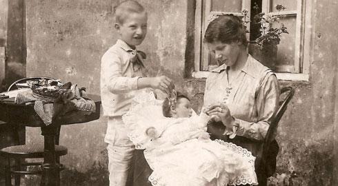 Anna Spangaro con i figli Linda e Carlo, Verona 1918