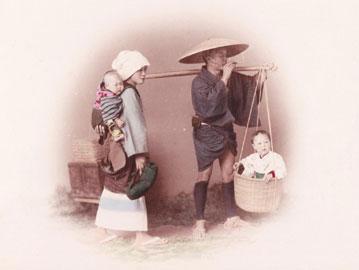 Adolfo Farsari, Giappone, Famiglia, ca. 1887. Stampa all'albumina colorata a mano, mm. 245x194