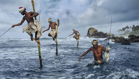 SRILANKA-10006: Pescatori, Weligama, costa Sud, Sri Lanka, 1995 © Steve McCurry