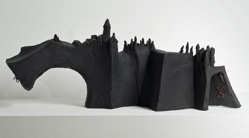 Enzo Cucchi: Cattedrale, 2010, terracotta smaltata e dipinta a freddo, 26x88x33 cm