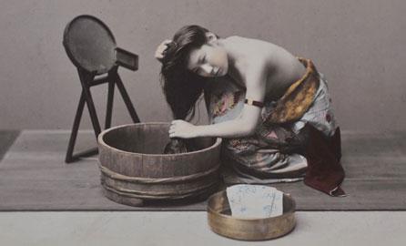 Kusakabe Kimbei, Donna che si lava i capelli, 1880 ca.