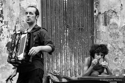 © Richard Kalvar / Magnum Photos, Artisti di strada, Napoli