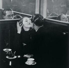 Brassai: Coppia di innamorati in un piccolo caffè parigino, 1932