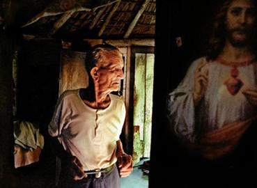 Ernesto Bazan, Man and Christ, Viñales, Cuba, 2003, 50x74 cm, stampa a colori cromogenica © Ernesto Bazan