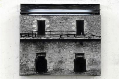 Nakis Panayotidis, L'altra luce, 2009 carboncino e pastello su tela, filo di ferro, alluminio, neon dipinto, 45 x 50 cm