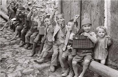 Bambini che salutano col pugno chiuso, Melissa (KR) 1950, Negativo 24x36 - Leica III F © Fototeca Storica Nazionale Ando Gilardi
