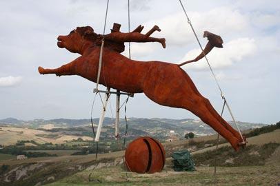 Installazione di Gianni Calcagnini, Il Pensiero è più veloce dell'Azione (2012), Ferro, m 4,50 x 10 x 1,50 (cavallo e amazzone), m 3 Ø (sfera)