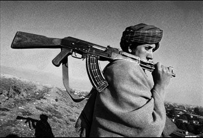 Riccardo Venturi - © Riccardo Venturi, Kabul novembre 1996. Un giovane talebano controlla la città da una delle colline che circondano Kabul