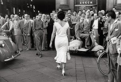 Mario De Biasi, Gli italiani si voltano, Milano 1954, © Eredi Sante Vittorio Malli
