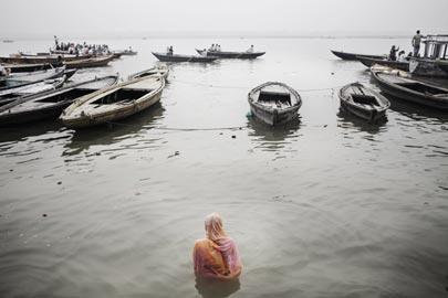 Giulio Di Sturco, La Grande Madre. Una fedele si immerge nelle acque del Gange a Benares India, 2008 © Giulio Di Sturco