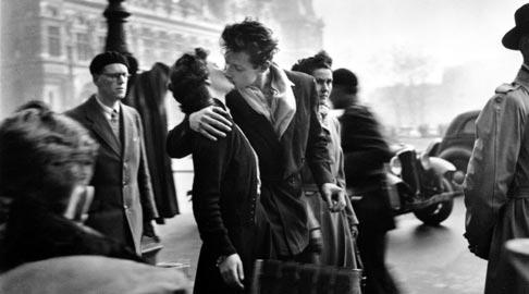 Il Bacio dell'Hotel de Ville, la celebre foto di Robert Doisneau, 1950_copyright © atelier Robert Doisneau