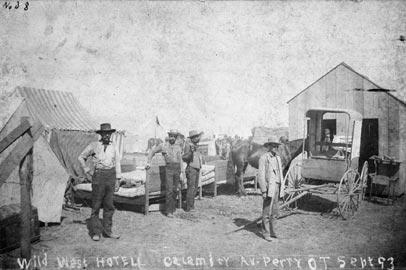 """""""Hotel Wild West, Calamity Av., Perry, 0. T. [Territorio dell'Oklahoma], sett. 93."""" Autore sconosciuto. Courtesy National Archives, photo no. 49-AR-22"""