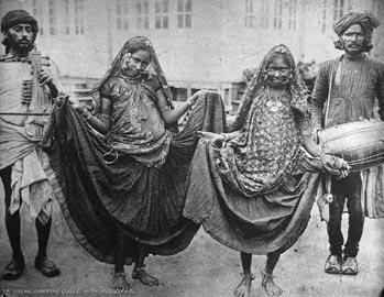 """Ballerine con musicisti, collezione """"Bandini"""", Delhi, India, 1903, foto di anonimo;"""