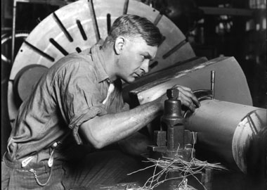 Lewis Hine, Un meccanico specializzato con micrometro per misurare l'albero di trasmissione che sta costruendo 1920 ca