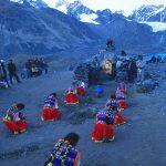Andes, Pellegrini inginocchiati davanti alla roccia sacra, Qoyllur Ritti, Perù 2004 © Kazuyoshi Nomachi