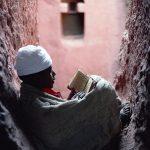 Ethiopia, Un giovane diacono legge la Sacra Bibbia, Lalibela, Etiopia 1997 © Kazuyoshi Nomachi