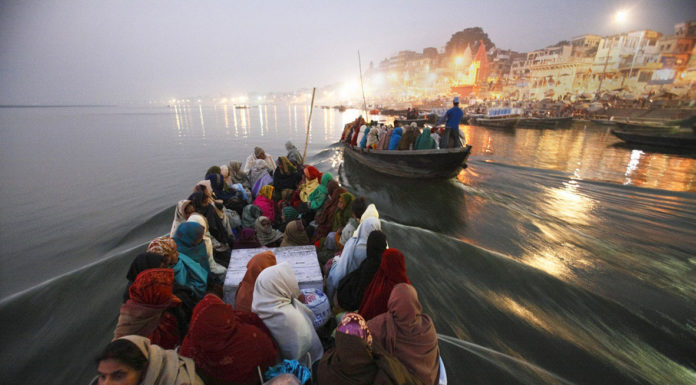 Ganges, Partenza per il pellegrinaggio di Pancha Koshi, che comprende la visita a cinque templi dedicati a Shiva e ubicati nelle vicinanze di Benares, Benares, India 2005 © Kazuyoshi Nomachi