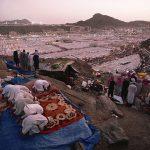 Islam, I pellegrini recitano il Maghrib dopo il tramonto nella tendopoli di Mina, allestita per accoglierli durante l'Hajj, La Mecca, Arabia Saudita 1995 © Kazuyoshi Nomachi
