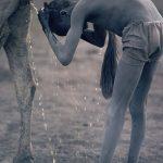 Nile, Un ragazzo Nuer si lava i cappelli con l'urina di mucca, Jonglei, Sudan del Sud 1981 © Kazuyoshi Nomachi