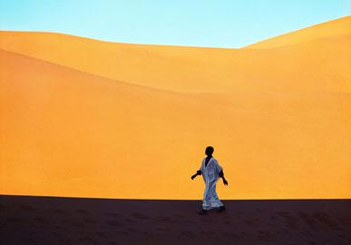 Sahara, Un ragazzo attraversa una valle di dune, Kerzaz, Algeria 1972, © Kazuyoshi Nomachi