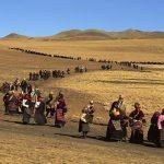 Tibet, Durante la celebrazione del Lhabab Duchen, i pellegrini camminano intorno a una collina sulla quale si erge uno stupa, Tibet, Cina 1991 © Kazuyoshi Nomachi
