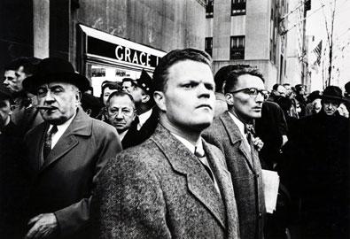 William Klein, Il giorno di San Patrizio, New York, 1954 © William Klein Raccolta della fotografia, Galleria civica di Modena