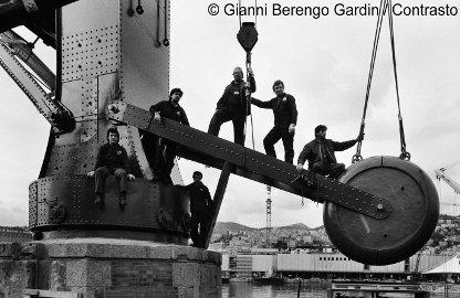 G.Berengo Gardin, Lavoratori al porto di Genova, 1988, © 2014 Gianni Berengo Gardin/Contrasto