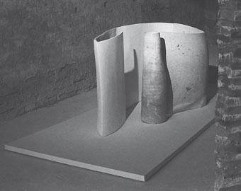 Giuliano Giuliani: Gilberto ed Elmo, 1997 travertino, gesso e resina, 80 x 185 x 78 cm Collezione dell'artista Foto Cesare Gaspari