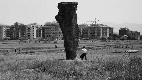 Un fotogramma dal film di Pier Paolo Pasolini, Mamma Roma, 1962: le rovine antiche sono soffocate dall'avanzare delle periferie romane