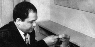 Piero Manzoni con uovo 1960